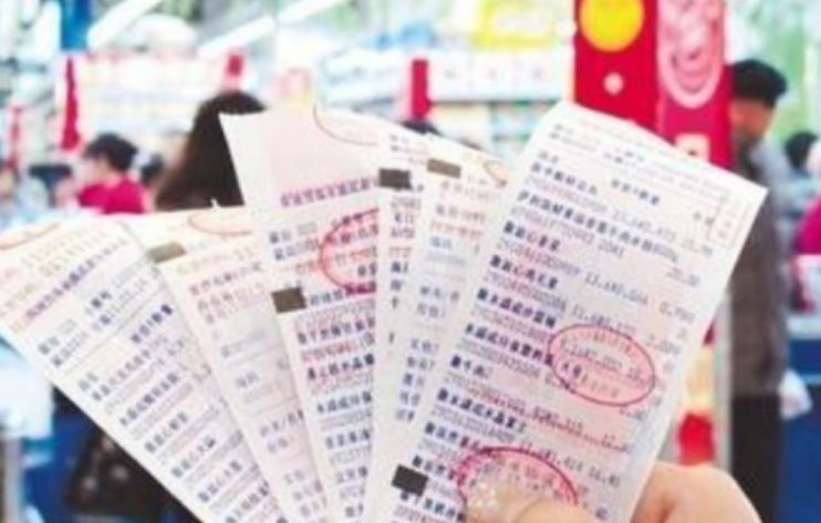 """超市营业员说:被扔掉购物小票都是""""钱"""",看完还舍得扔吗?"""