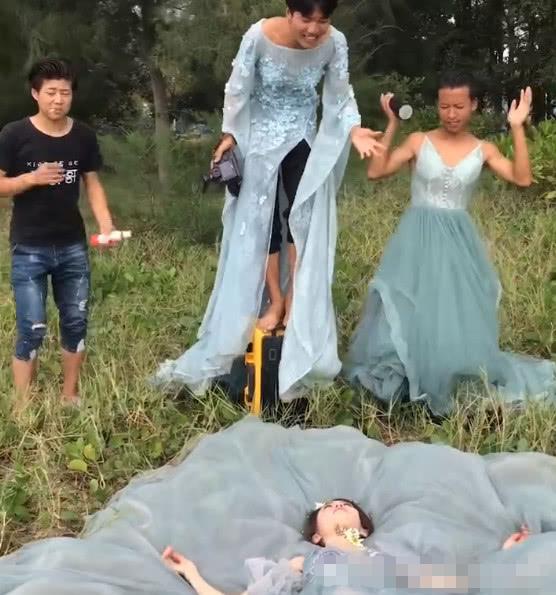 两男一女穿婚纱拍照,成片意外惊艳,网友:三位新娘一台戏