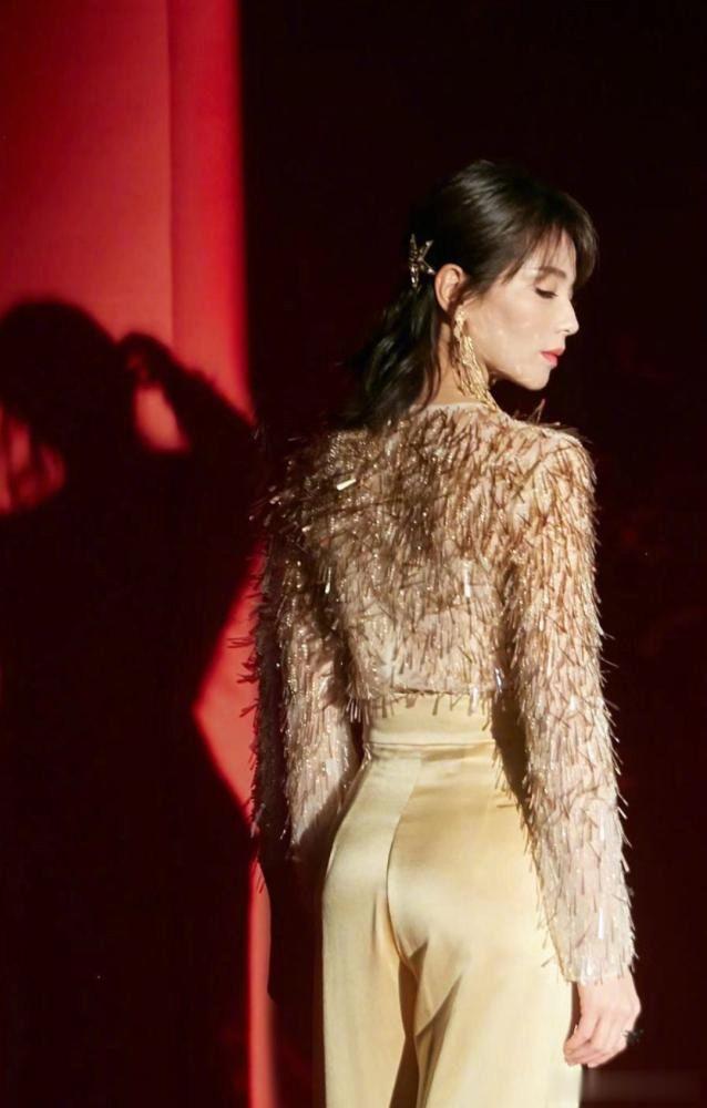 """41岁刘涛紧跟时尚潮流,""""麦穗装""""穿搭,高贵有女人味,我好羡慕"""