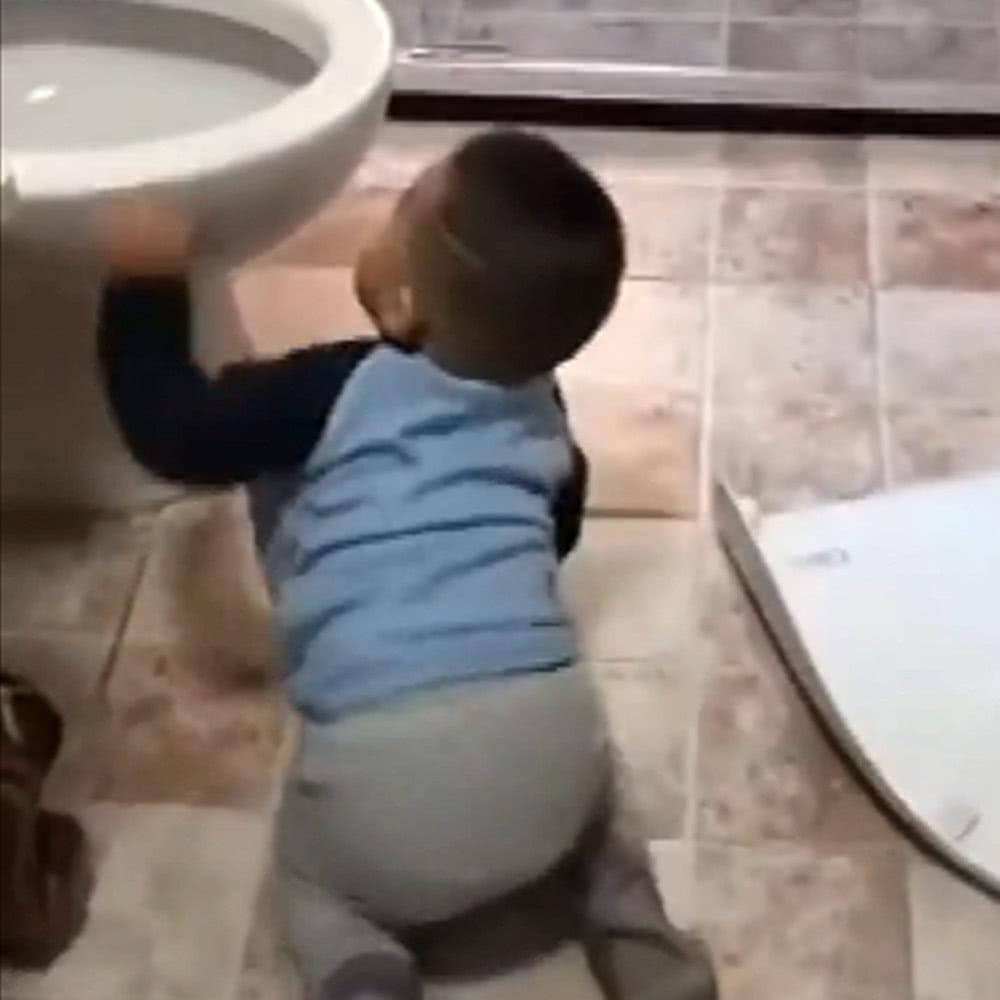 一岁多儿子刷马桶,像中了大奖一样哈哈大笑,一旁的妈妈哭笑不得