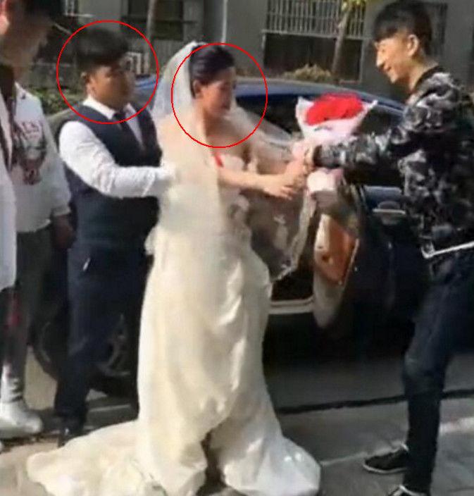 新郎逞能把新娘公主抱抱回家,结果婚纱脱落,旁边几个伴郎看傻眼
