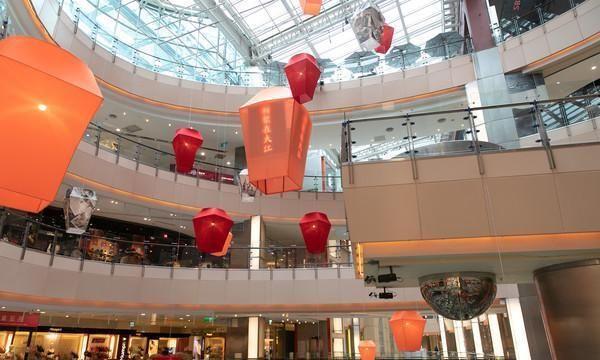 大江购物中心出现巨型天灯、怀旧街道 走春打卡浓浓文青味