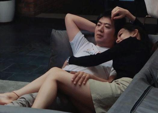 郎朗和吉娜在沙发上看电视,当她翘腿时,以为房间就一个摄像头?