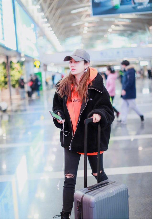 刘芸真的好会穿!橘红色卫衣配黑色卫衣潮流个性,利落大气又保暖