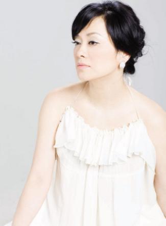 乐坛歌后毛阿敏田震同台献唱,一袭白裙演唱经典歌曲引观众回忆杀