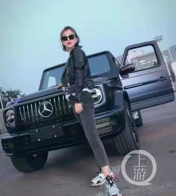 @露小宝LL曾晒出与黑色奔驰越野车合影。图源于网络
