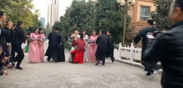 新郎带头抢婚,看到伴郎和伴娘的小细节,网友:先把结婚证领了