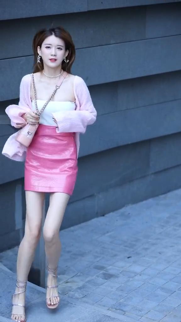 时尚街拍:这么可爱调皮的小姐姐,应该很适合做女朋友