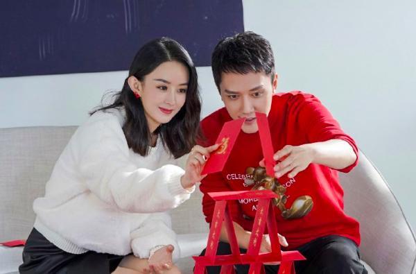 冯绍峰和老婆穿中式婚纱合影,赵丽颖一袭红旗袍双手轻放超优雅