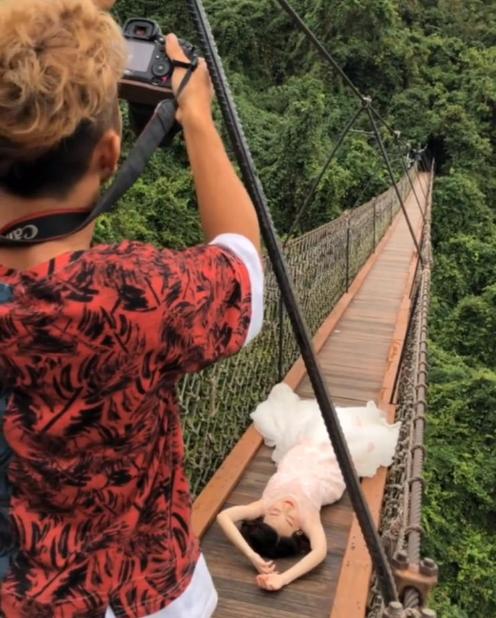 恐高新娘到吊桥上拍婚纱照,连摄影师都怕,成片很无奈
