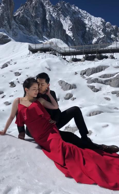 情侣在冰天雪地拍婚纱照,丝毫不觉得冷,网友:美腻动人