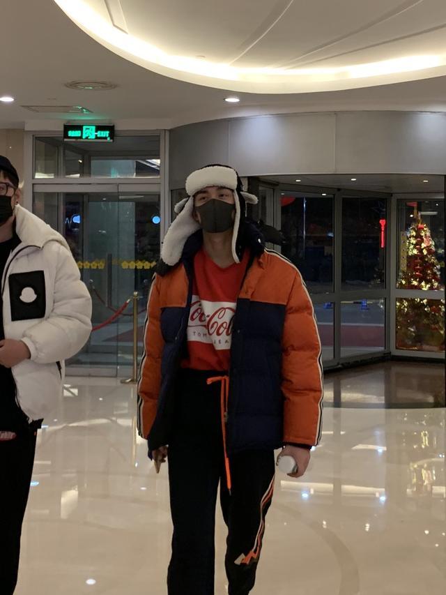 吴磊戴口罩参加央视春晚第五次联排