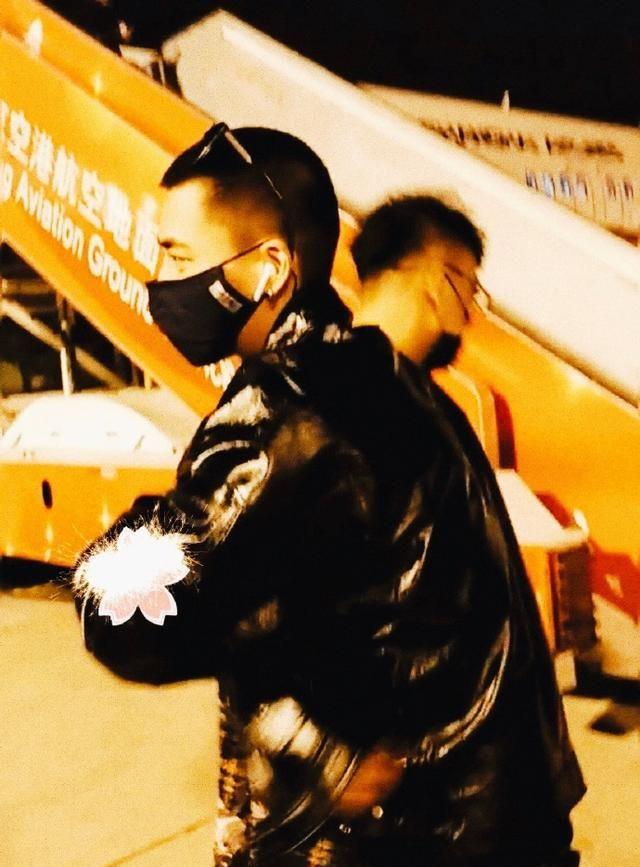 200122 摄影师韦来分享与李易峰机场偶遇照 开心表示来年见