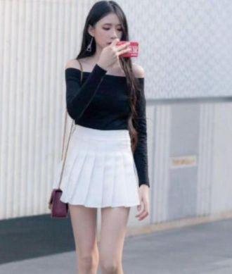 芳菲妩媚的美女,一件黑色一字肩配白色短裙,时尚女神风采