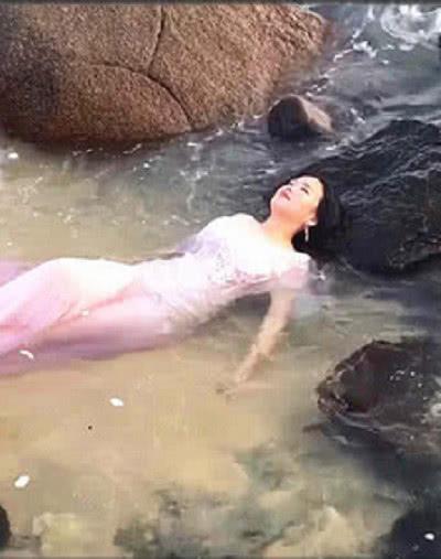 美女为拍婚纱照,被海水浸泡多时,看到成品后无法相信