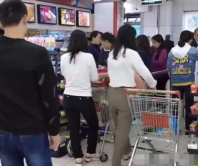 美女逛超市时,陌生男子丢个东西在她购物车,旁边大妈脸红不已