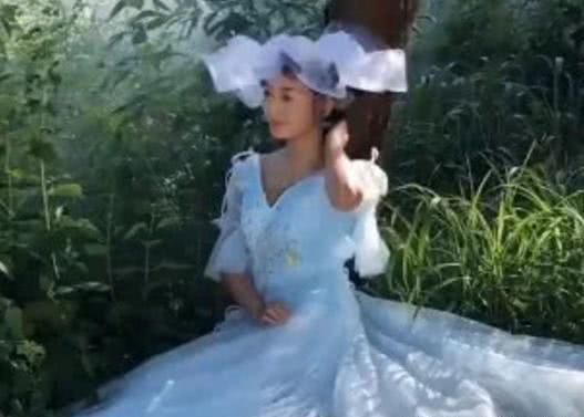 新娘靠在树上拍电影婚纱照,却被烟雾粪到了,成片好似仙女下凡