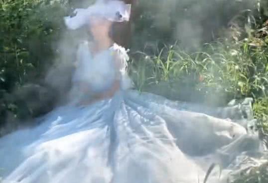 新娘靠在树上拍婚纱照,却被烟雾熏到了,成片好像仙女下凡
