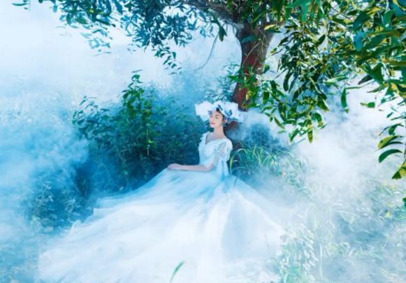 新娘靠在树上拍电影婚纱照,却被烟雾熏到了,成片好似仙女下凡