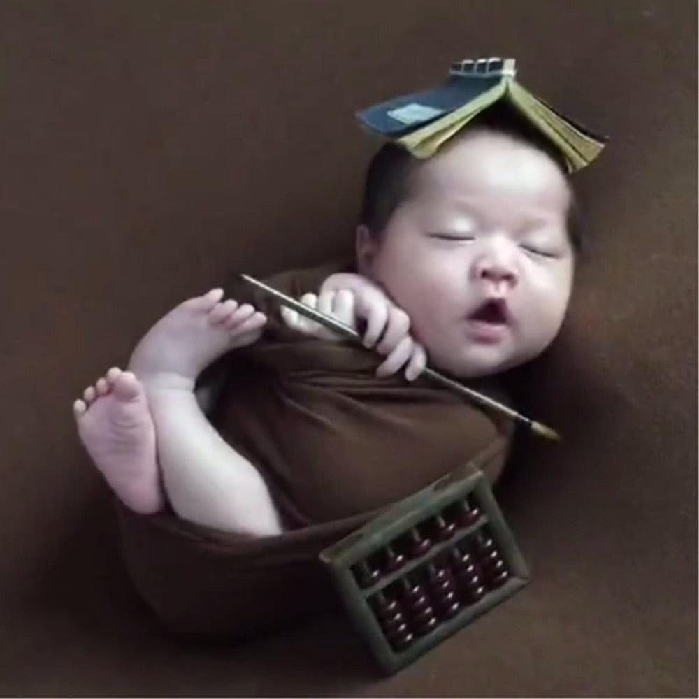 宝宝拍满月照,一被摄影师摸下巴就做出如此反应,萌化了