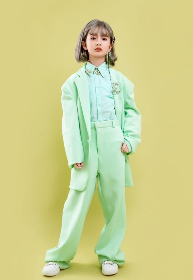 """有种""""盛世童颜""""叫裴佳欣,从小被全网禁止整容,如今穿西装酷爆"""