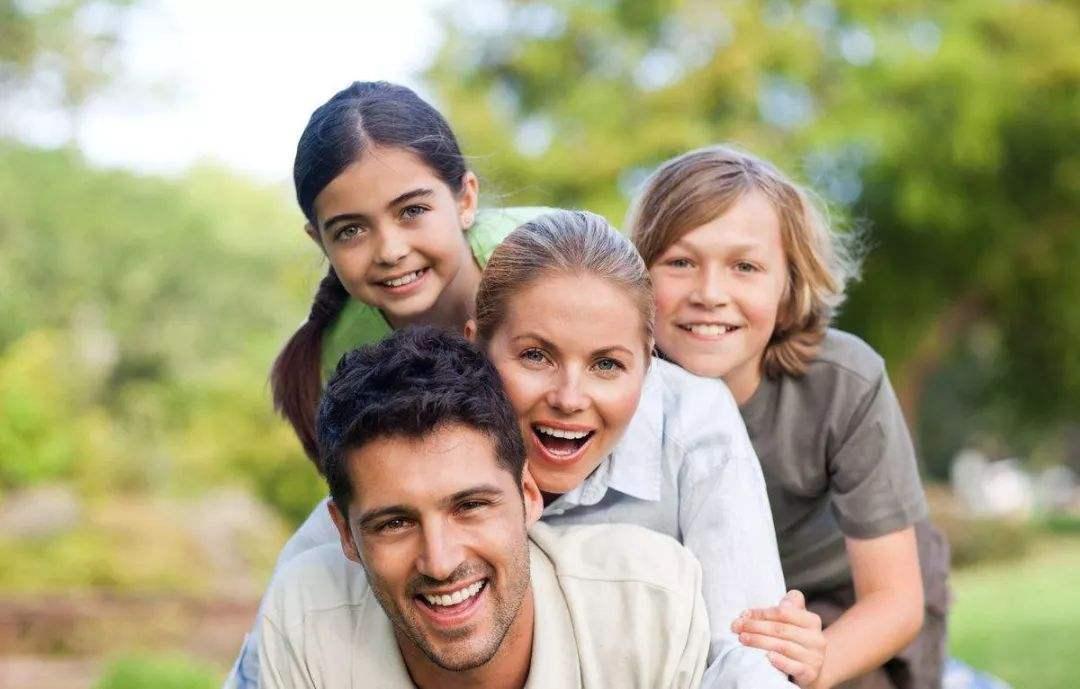 """为了拼""""孩子"""",父母转学忙,该如何帮助孩子适应环境?"""