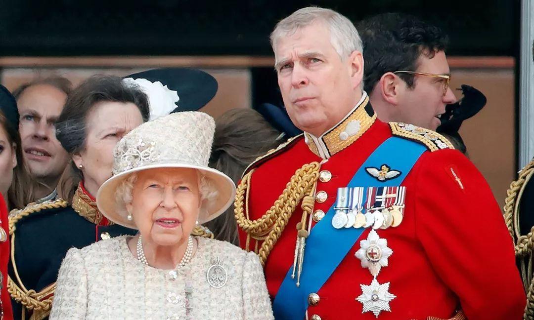 安德鲁王子有孝心,知道女王被梅根气得不轻