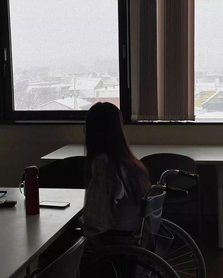 日本庆生发生意外!滕丽名入院轮椅代步,老公港日两边走照顾