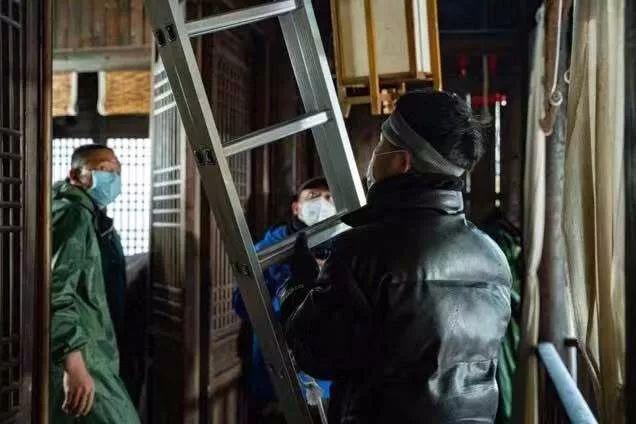 1月27日停工前,劇組人員均戴口罩工作(受訪者供圖)
