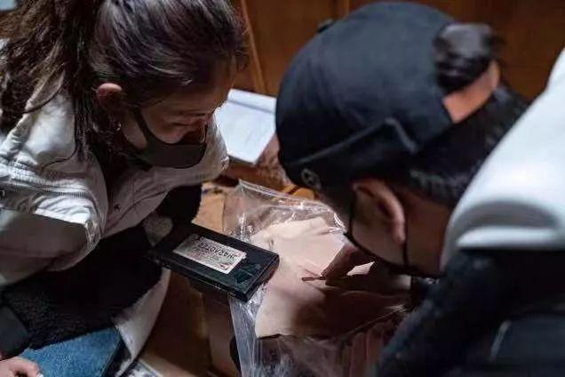 劇組工作人員正在處理小道具,大家都戴著口罩工作(受訪者供圖)