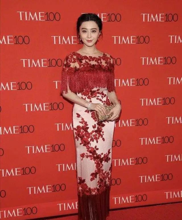 范冰冰虽胳膊有点粗,但穿红色刺绣连衣裙很