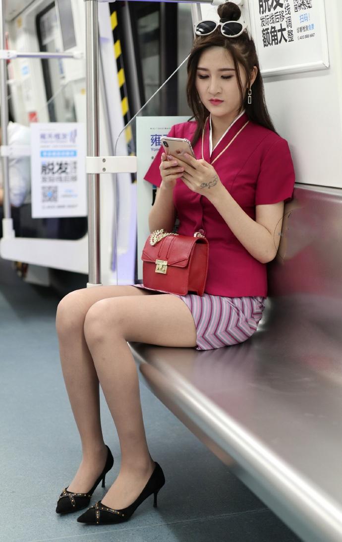 地铁上偶遇一空姐,穿的制服性感养眼!
