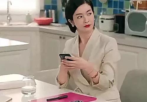 爱情公寓5:诸葛大力真的喜欢张伟吗?看到给张伟的手机备注
