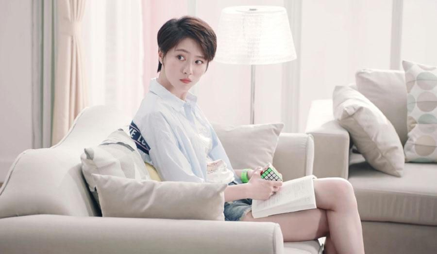 爱情公寓5:诸葛大力坐沙发上玩魔方,镜头扫到腿后,宅男全沸腾