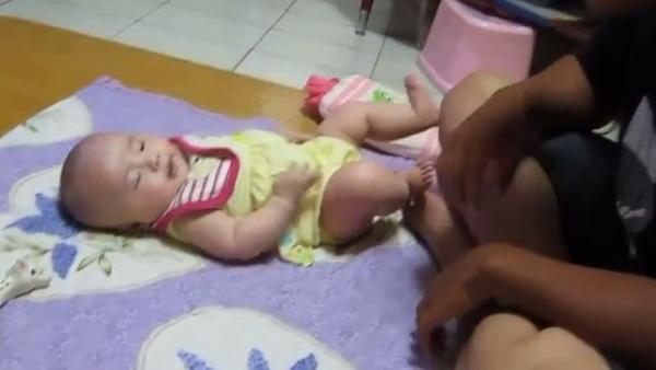 宝宝啃自己的小脚丫,爸爸把脚伸过去,宝宝1个反应有意思