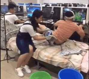 小伙在网吧打游戏,女友却不离不弃地照顾他,图的是什么?