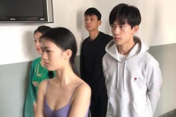 易烊千玺参加考试,同考女生紧张,看到他的反应:果然是大佬