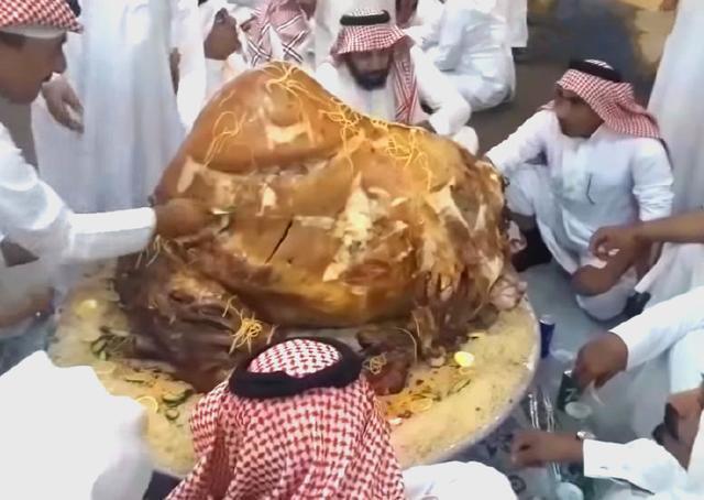 超豪氣!杜拜皇室「大份量」特色宴席 12人「蹲著用手」搶食 只有一道卻怎麼也吃不完
