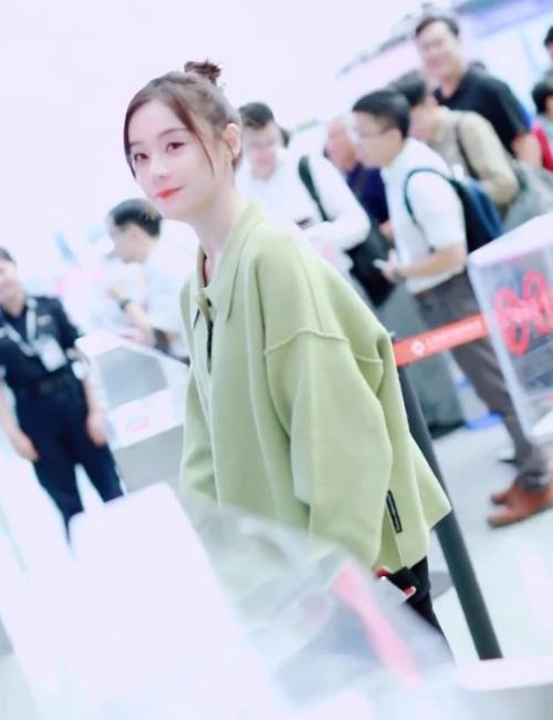 袁姗姗现身机场,穿牛油果绿上衣搭配黑裤,时尚又潮流