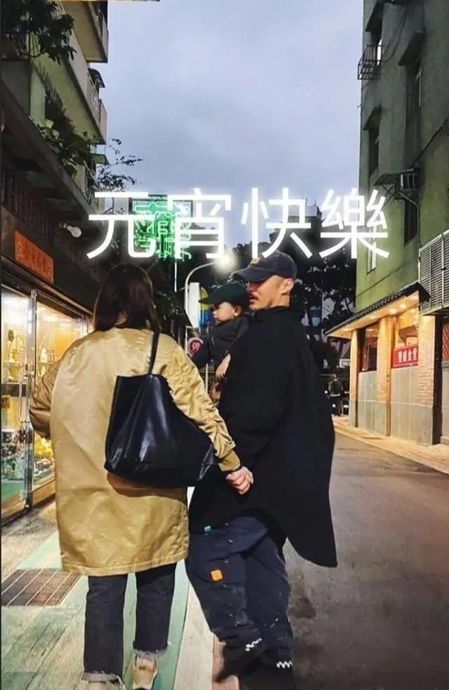 余文乐携娇妻亮相时装周,王棠云穿牛仔裙秀小蛮腰