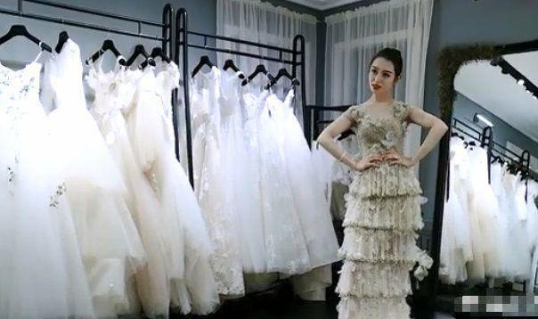 吉娜试婚纱尽显蚂蚁腰, 穿黑色抹胸似黑天鹅, 凹造型风情万种