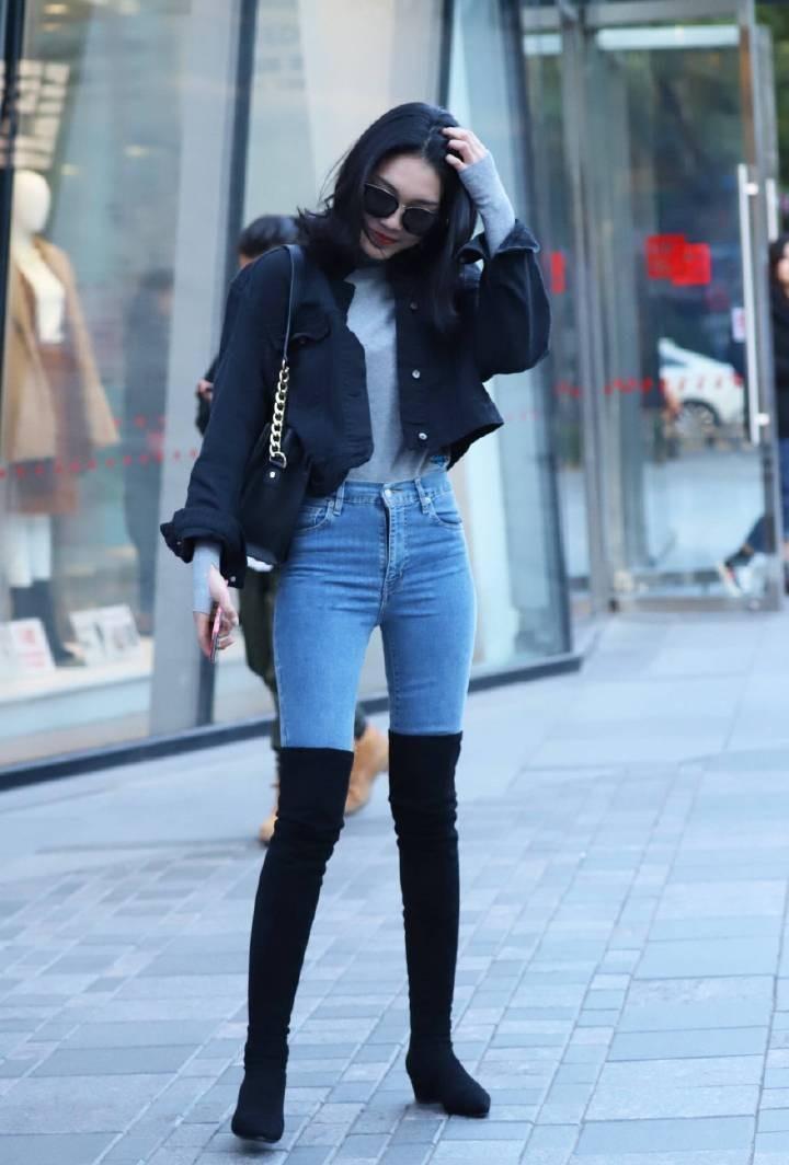 街拍: 长筒靴配牛仔裤穿出两米长腿即视感