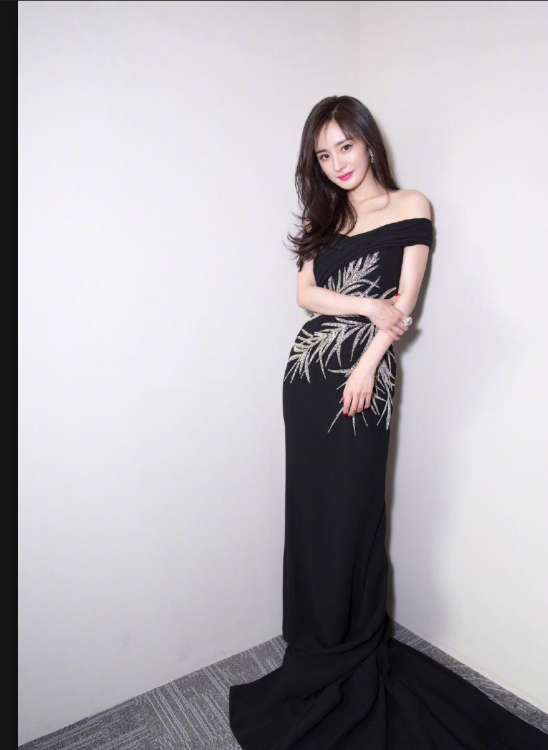 杨幂露肩长裙出席北京大学生电影节,我的眼应该放在哪里!