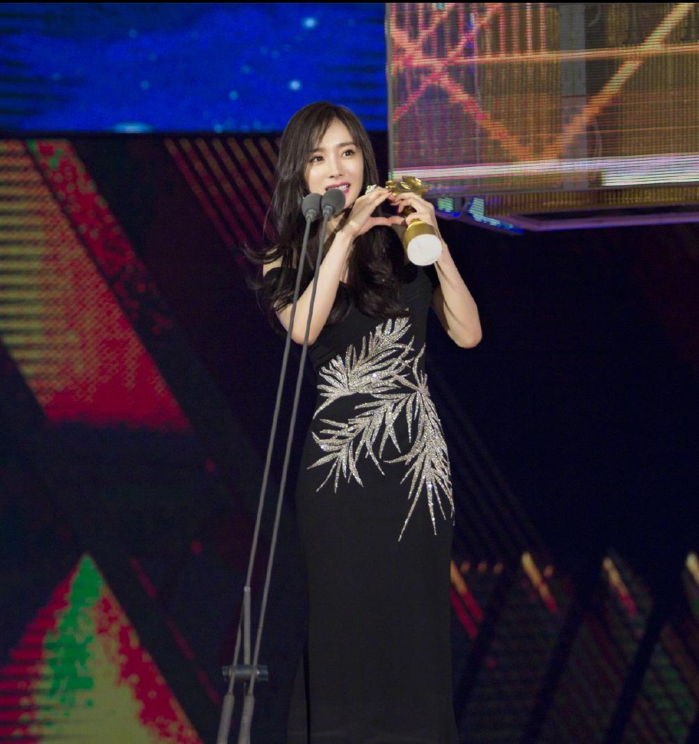 杨幂黑色露肩长裙出席第25届大学生电影节 获得最受欢迎女演员奖