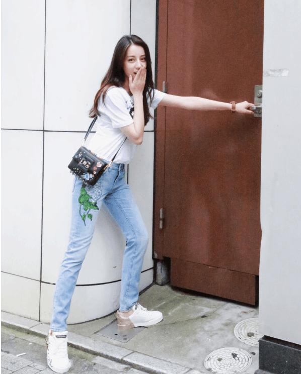 热巴照片_白色t恤搭配小脚牛仔裤  新花碟教来源于网络 迪丽热巴身穿白色t恤,下身
