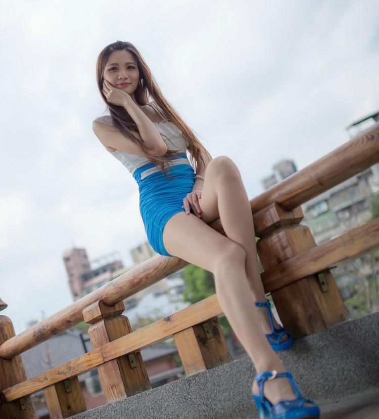 旅途街拍:高跟鞋搭配连衣裙, 秀出女人身材好