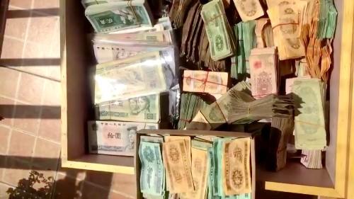 这一抽屉的纸币,别看都是破旧的,其价值可相当的不一般!