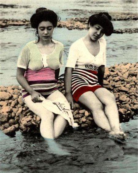 20年代照片_20年代日本女性历史老照片:河水里洗脚的女子