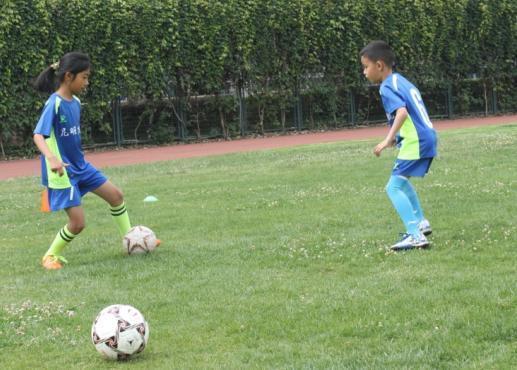 昆明少儿足球训练日志:要盘带过人 学这几招还