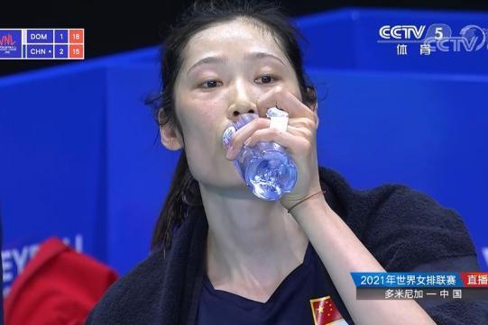 朱婷休息,张常宁李盈莹发威,决胜8分包揽7分,女排击败多米尼加